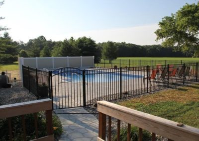 A very nice pool enclosure using OnGuard's 54 inch Starling style aluminum fence in black with Illusions V300-6, six foot tall T&G privacy panels in their'Mix and Match' Classic Beige and Classic White.